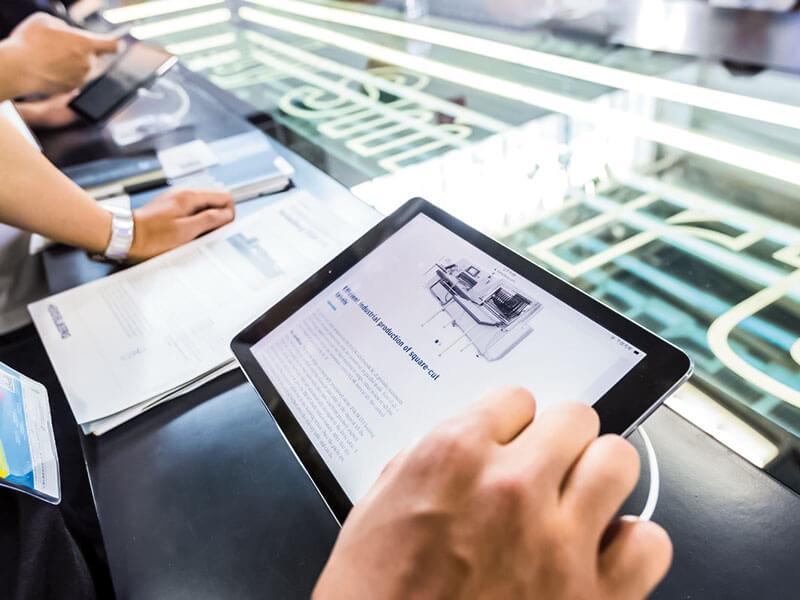 """ในบริเวณ """"Smart Area"""" ผู้เข้าชมรู้สึกตื่นเต้นที่ได้สัมผัสกับออนไลน์พอร์ทัล ที่ไฮเดลเบิร์ก Assistant นำเสนอ"""